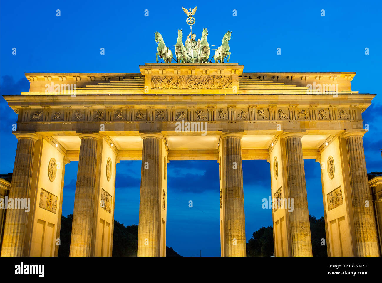 Berlin, Brandenburger Tor in der Abenddämmerung Stockfoto
