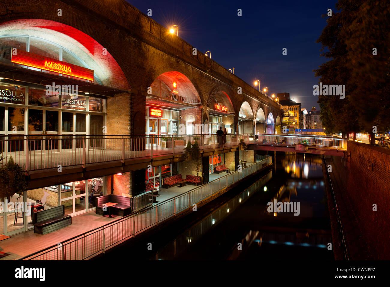 Das Nachtleben in den Bars und Restaurants von Deansgate Locks wölbt sich in der Nacht, Manchester. Stockbild
