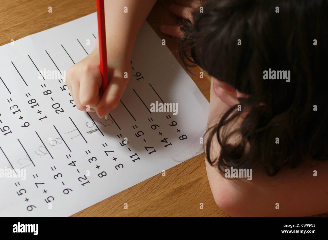 Kleines Mädchen Mathe Hausaufgaben Stockfoto, Bild: 50277587 - Alamy