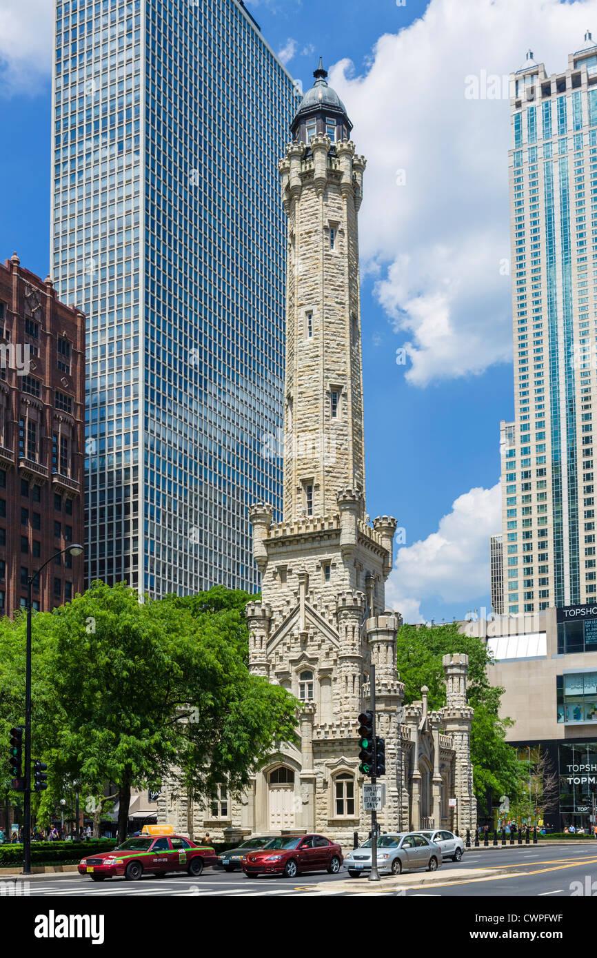 Der alte Wasserturm von Chicago an der Magnificent Mile, North Michigan Avenue, Chicago, Illinois, USA Stockbild
