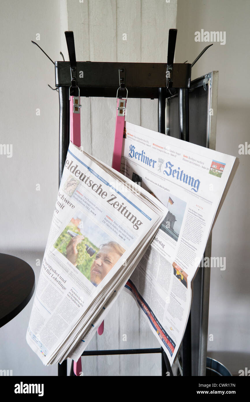 Zeitungen stehen im Café am Bauhaus-Gebäude und Architekturschule entworfen von Walter Gropius in Dessau Stockbild