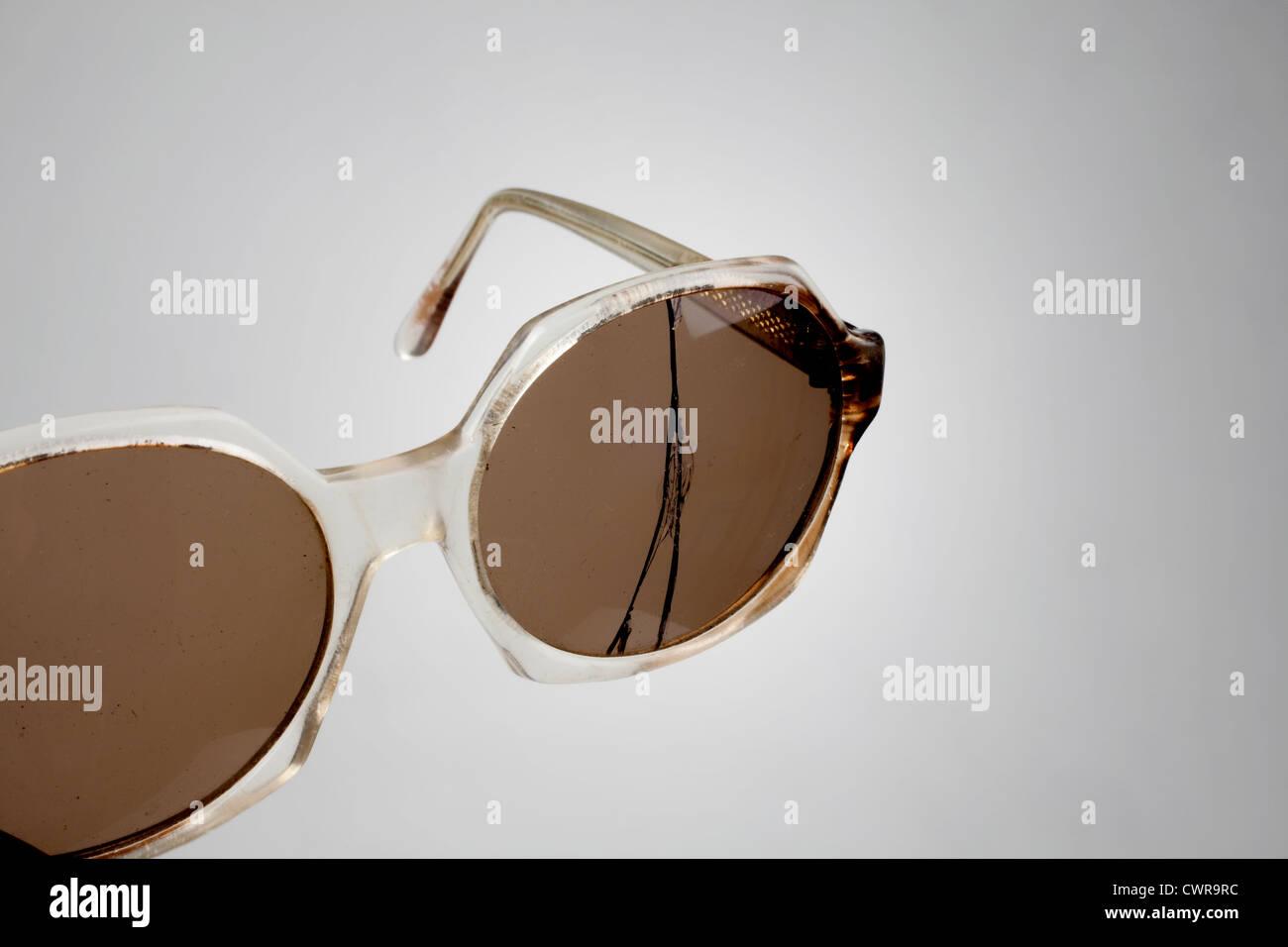 Eine alte Hornbrille mit einer gebrochenen Linse Stockbild