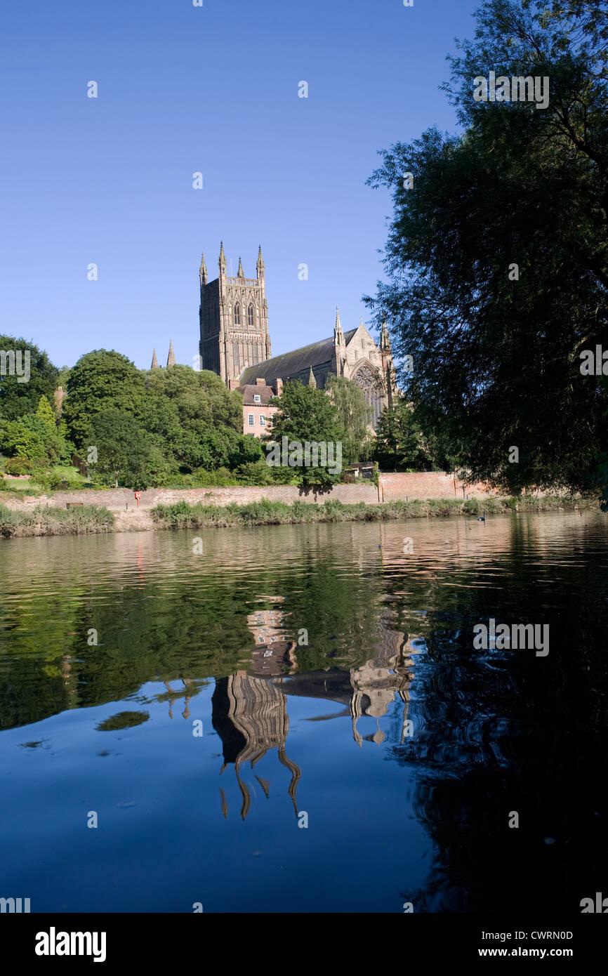 Worcester Kathedrale spiegelt sich im Fluss Severn, gesehen vom Kapitel Wiesen Stockfoto
