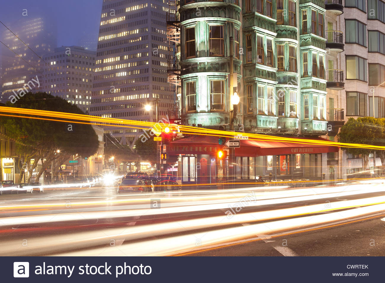 Bewegungsunschärfe auf Kearny Street und Columbus Avenue, San Francisco, Kalifornien, USA Stockbild