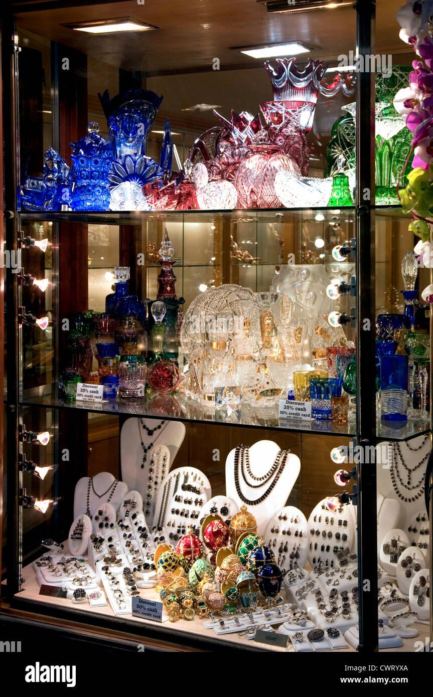 Prager Altstadt ist von Souvenirläden gesäumt und steht Fein Glaswaren und Schmuck aus gold zu verkaufen. Stockbild