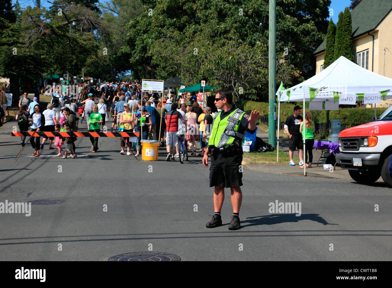 Polizist regelt den Verkehr Stockbild