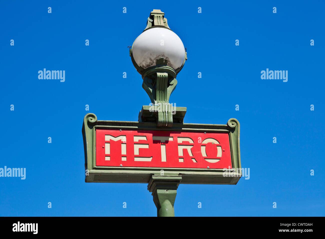 Paris Metro Zeichen vor einem strahlend blauen Himmel Frankreich EU Europa Stockbild