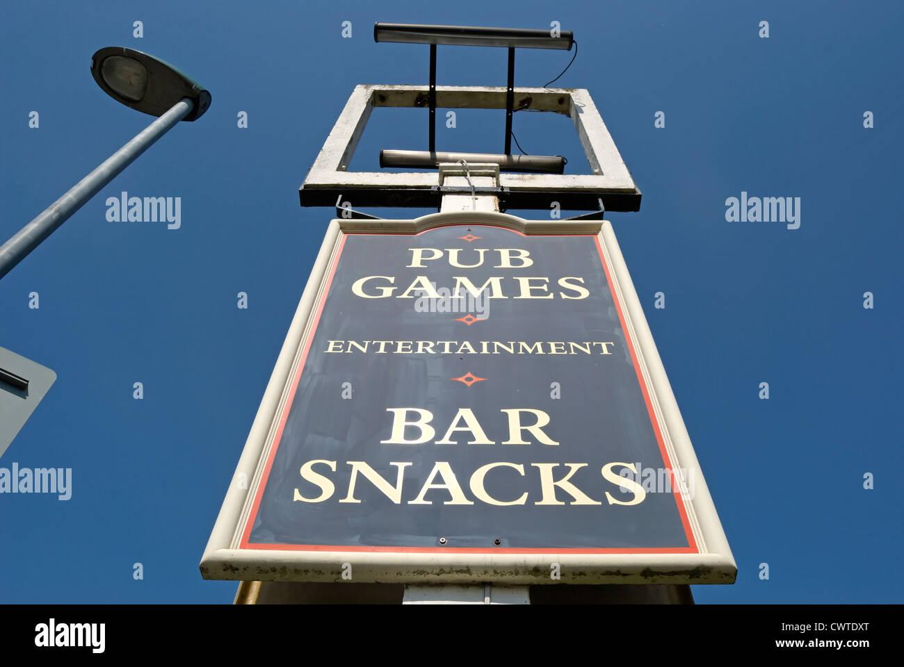 leeren Kneipe Zeichen Rahmen vor einem geschlossenen Pub mit Brett ...