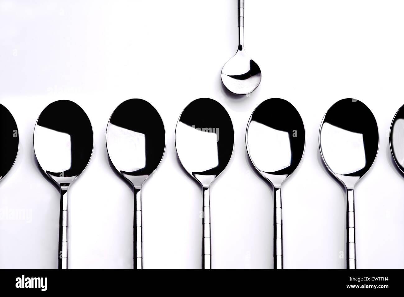 Gruppe von Dessertlöffel mit einem Teelöffel allein stehend. Stockbild