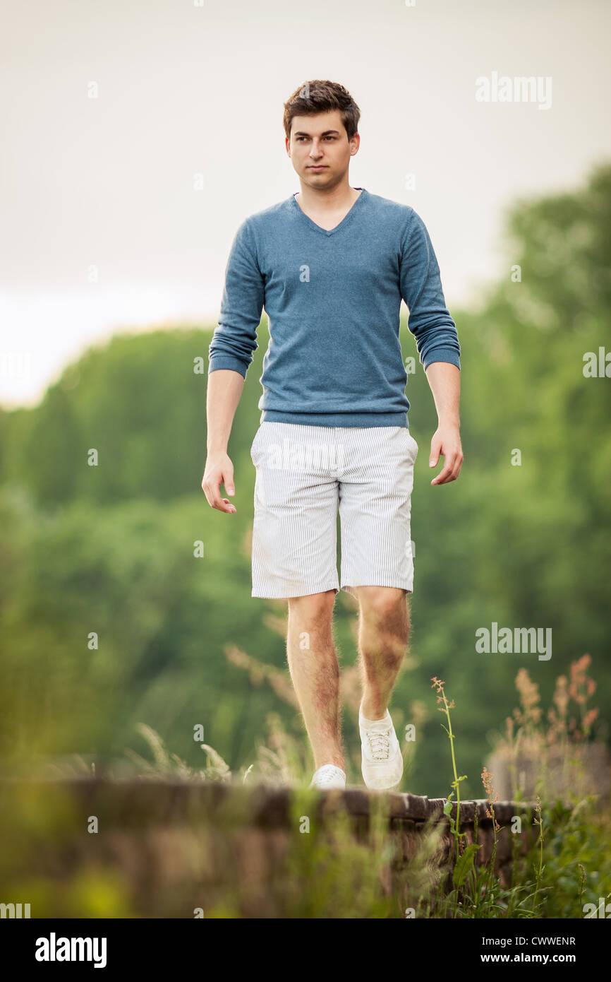 Mann zu Fuß auf Bahngleisen Stockbild
