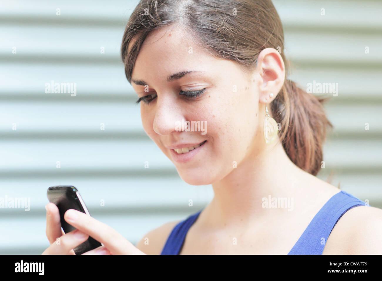 Teenager-Mädchen mit Handy Stockfoto