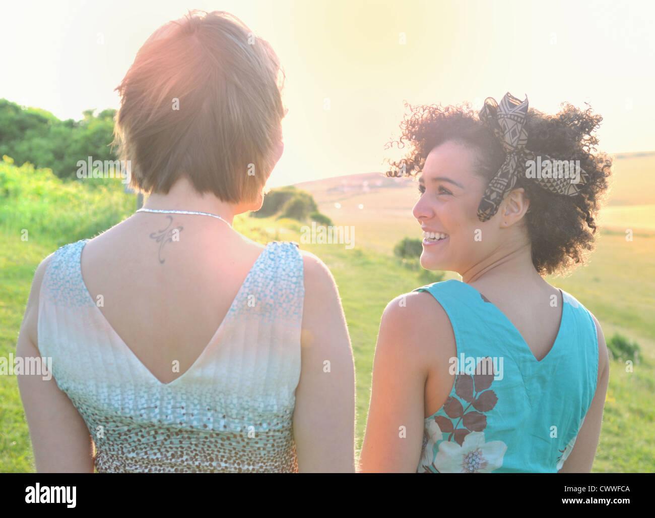 Lächelnde Frauen stehen auf Wiese Stockbild