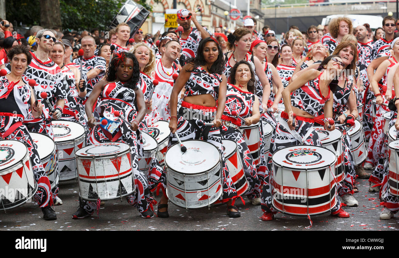 Notting Hill Carnival in London, Trommeln Gruppe Batala Stockbild