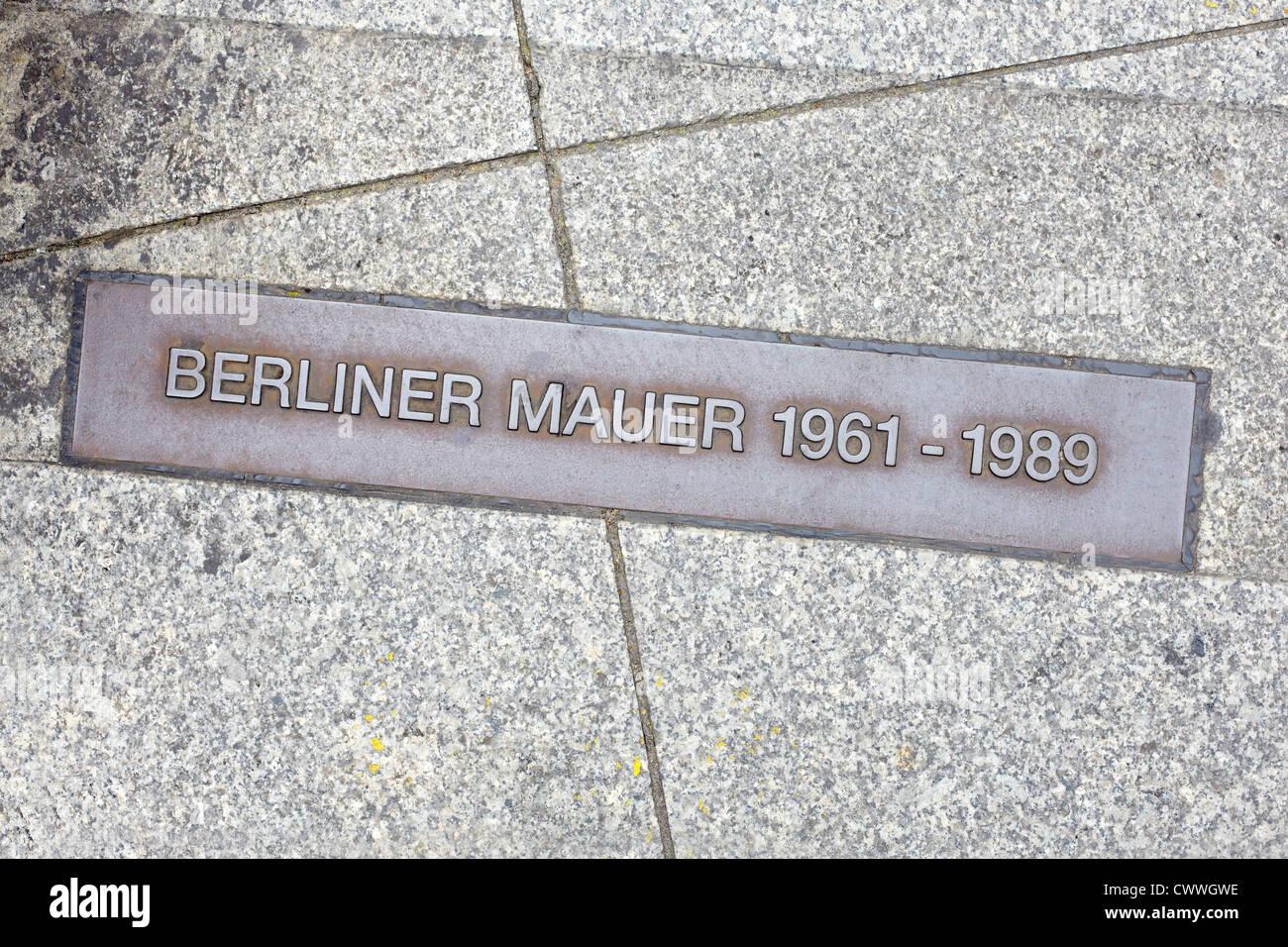 Berliner Mauer-Zeichen auf der Straße, Berliner Mauer Stockbild