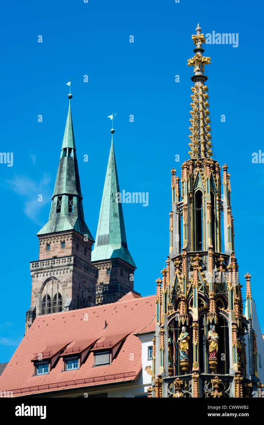 Schoene Brunnen (schöner Brunnen) und Türme von St. Sebald Kirche in Nürnberg in Bayern Stockbild