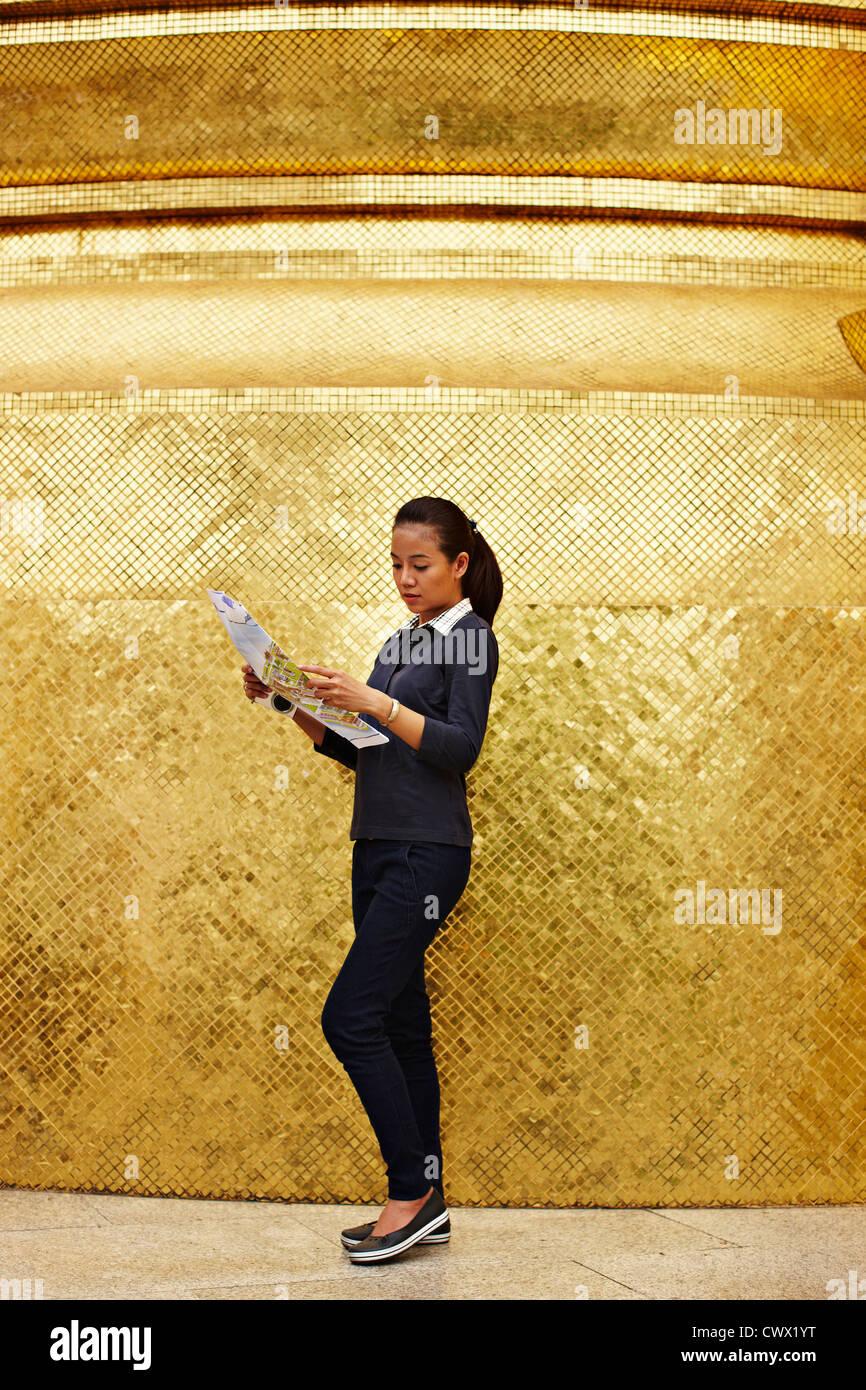 Frau liest Karte auf kunstvolle Tempel Stockbild