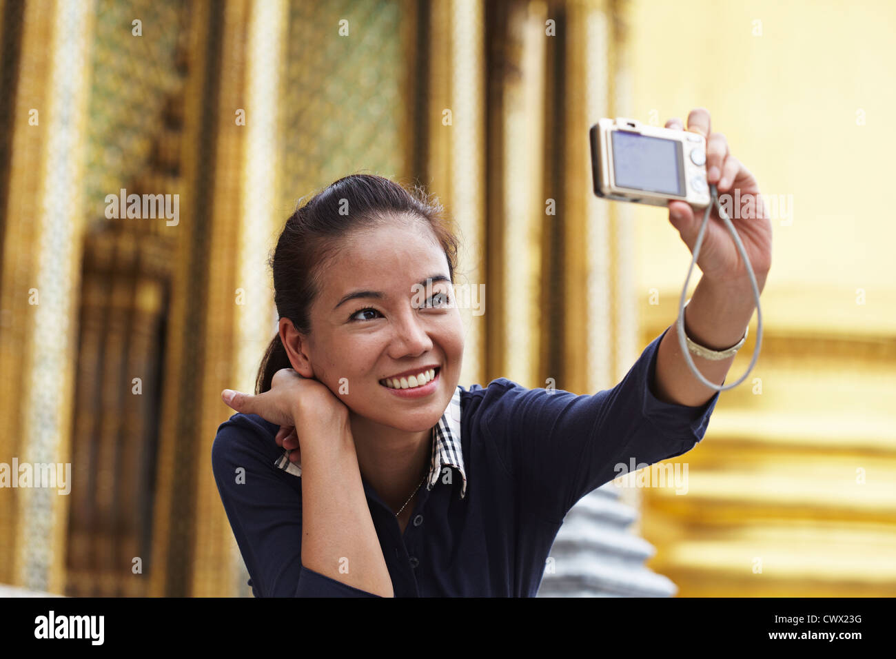 Frau Aufnahmen bei kunstvolle Tempel Stockbild