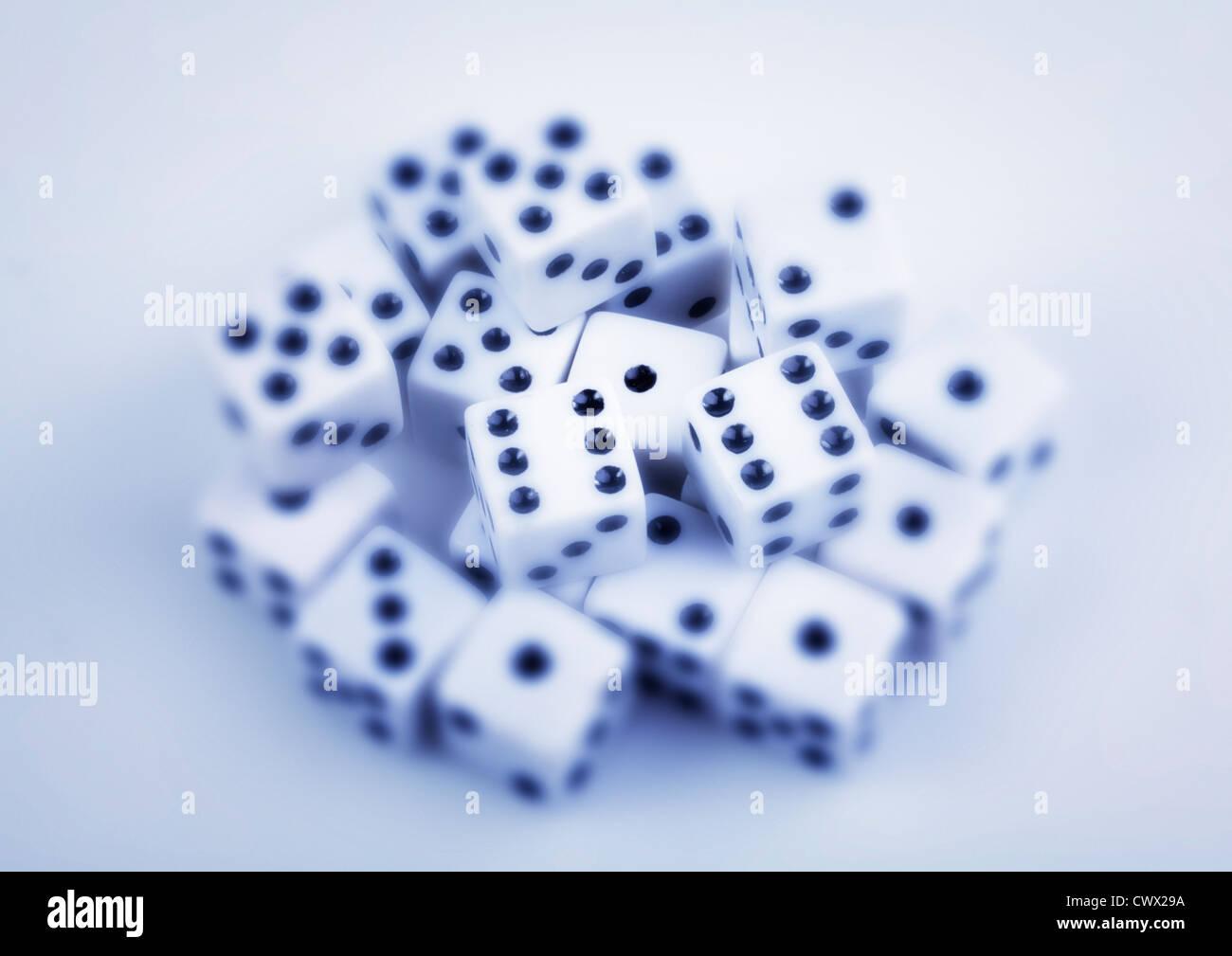 Würfel, teilweise unscharf, symbolisches Bild für Glücksspiele Stockbild