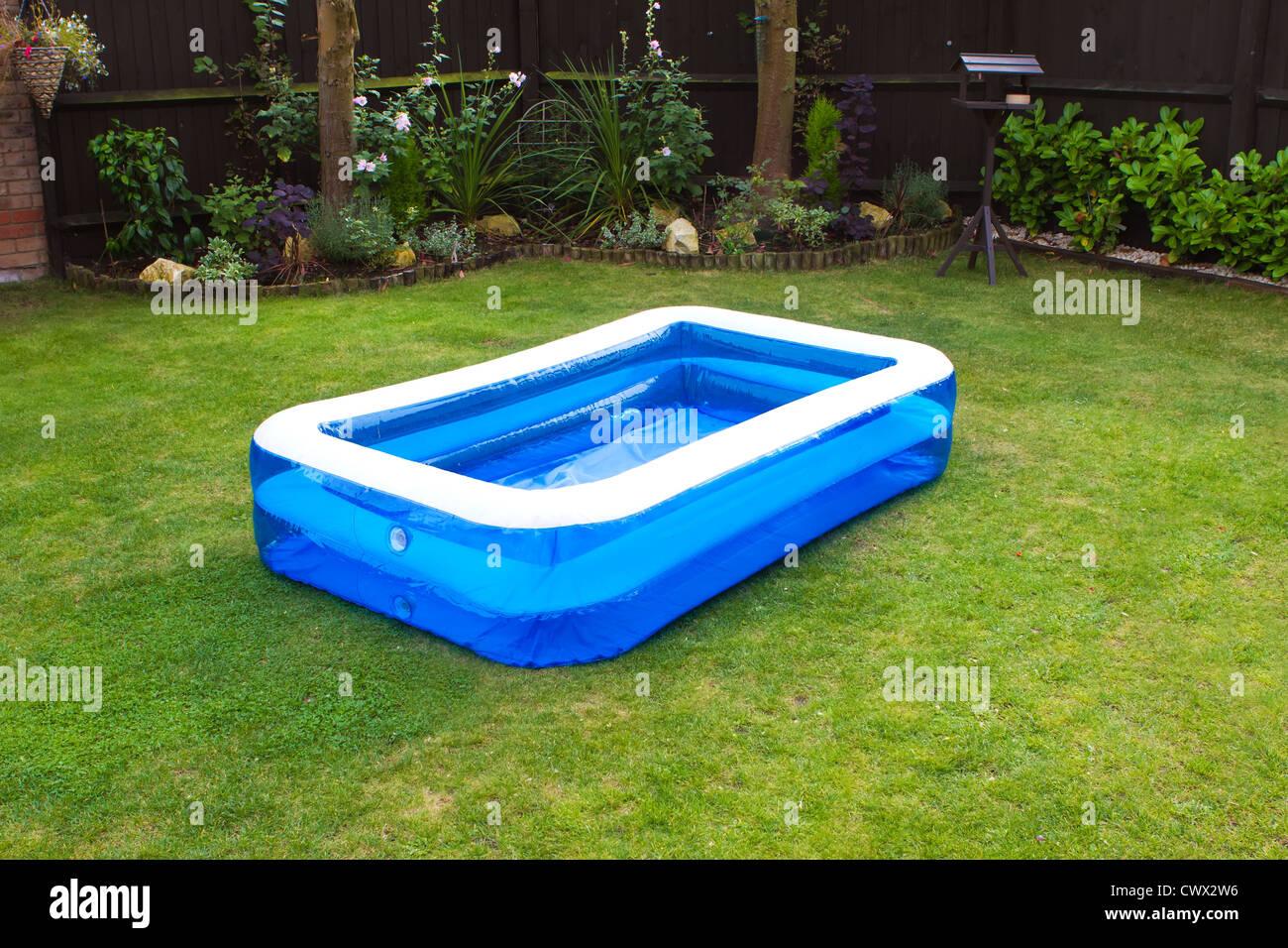 ein aufblasbarer swimmingpool in einem englischen garten stockfoto