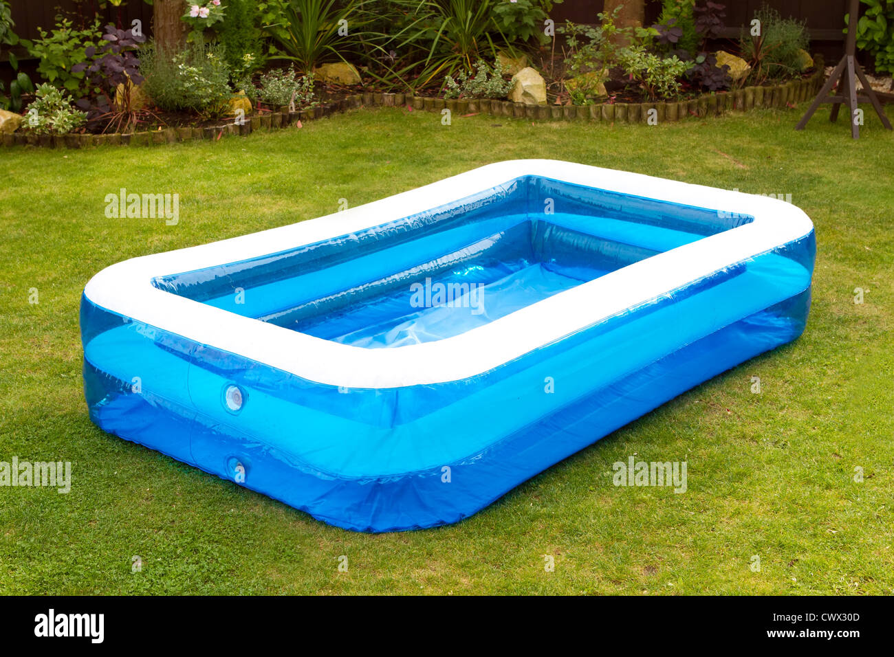 ein aufblasbarer Swimmingpool in einem englischen Garten Stockfoto ...