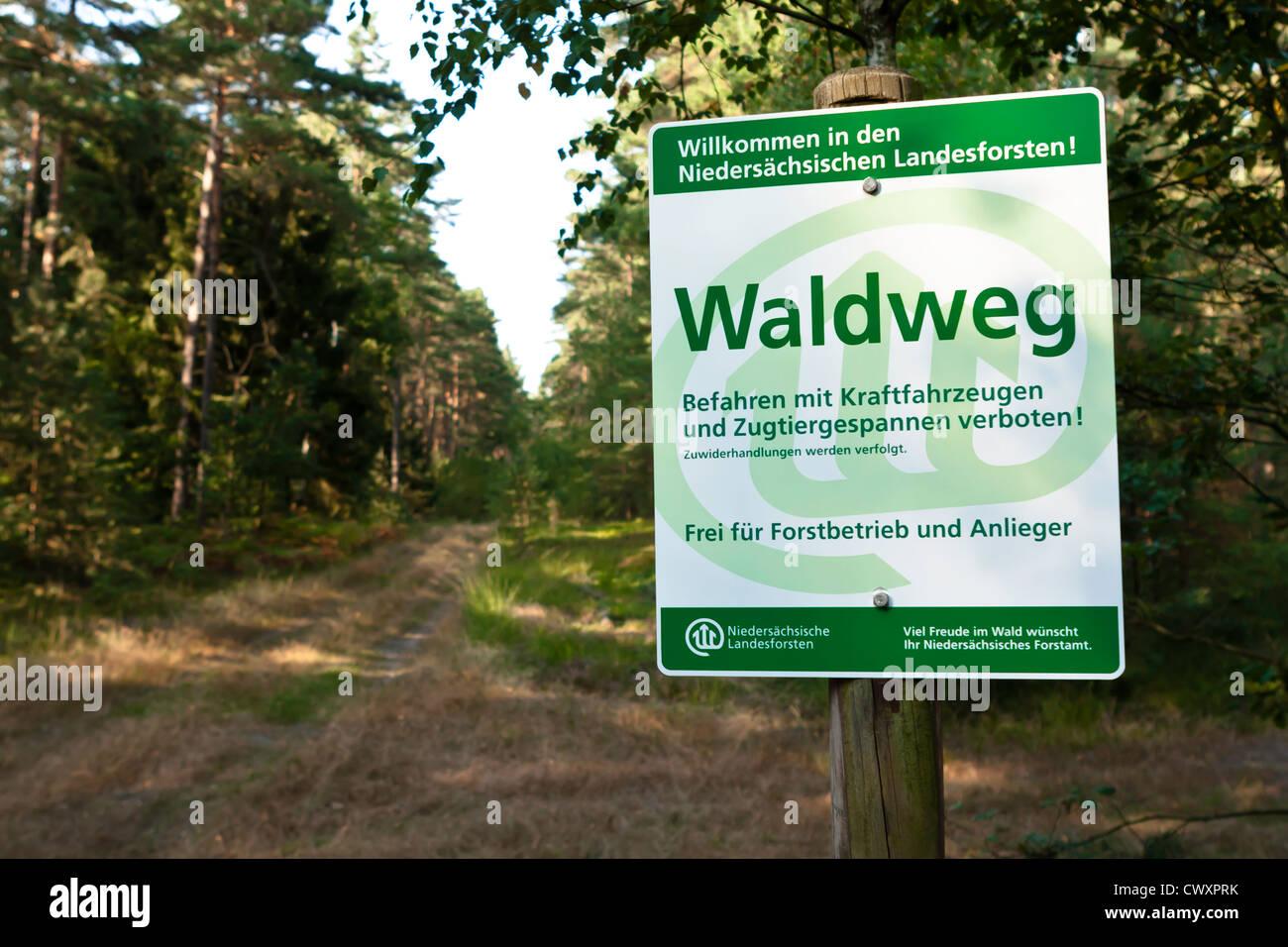 Waldweg in Niedersachsen, Forstschild Stockbild