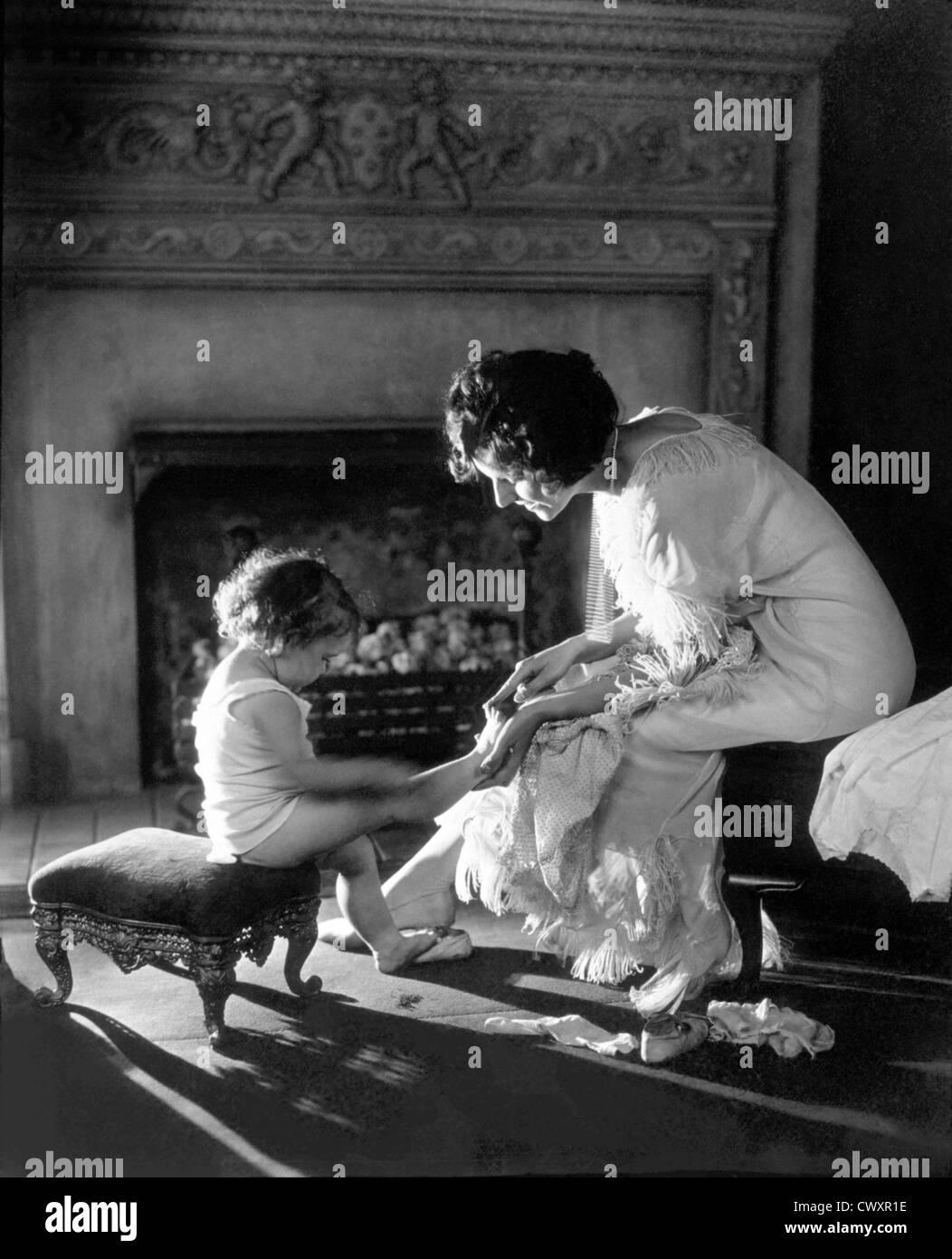 Mutter des Kindes zählen Zehen, um 1915 Stockfoto