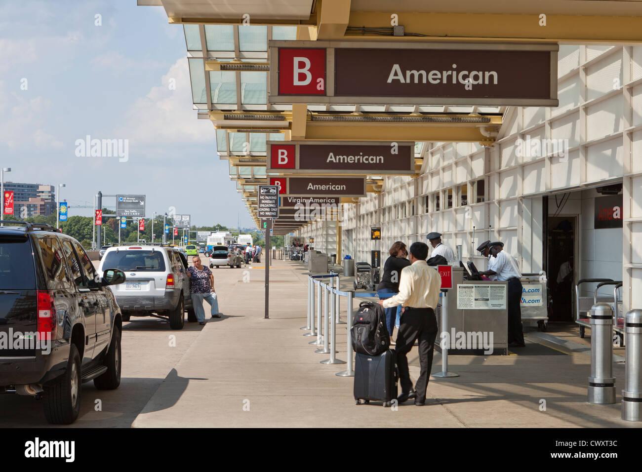 Bordstein-Seite Gepäck Check-in-Bereich - Ronald Reagan National Airport (DCA) - Washington, DC USA Stockbild