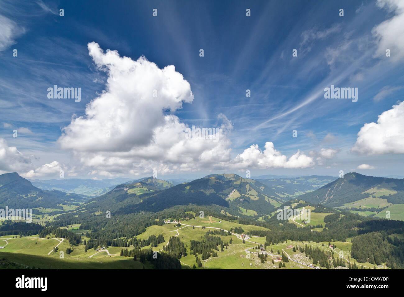Während Säntis in den Schweizer Alpen aufsteigend und Rückblick auf den saftigen grünen Weiden Stockbild