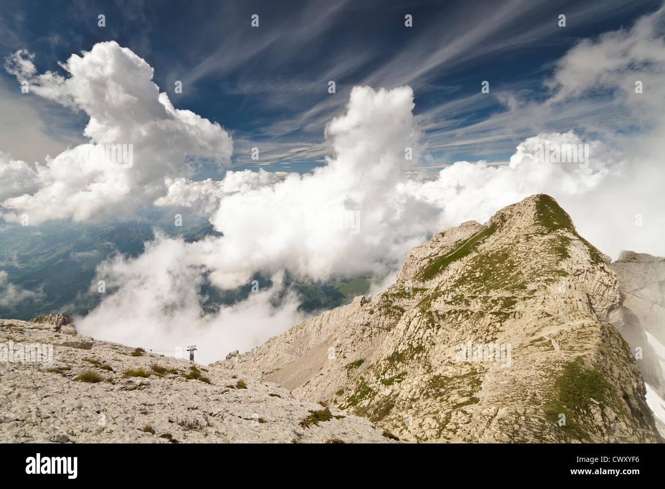 Foto vom Gipfel des Säntis in der Schweiz mit schönen blauen Himmel und weiße flauschige Wolken. Stockbild