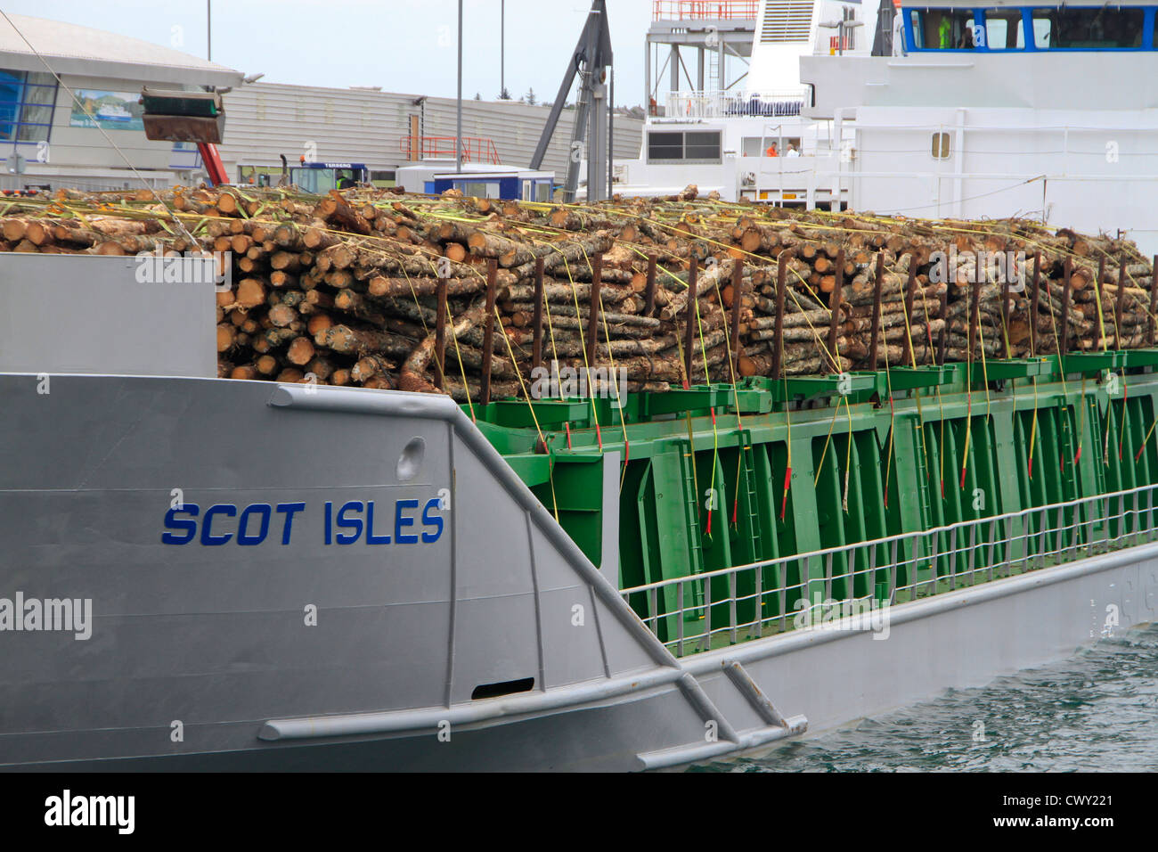 Transport von Holz meldet sich mit dem Schiff Stockbild