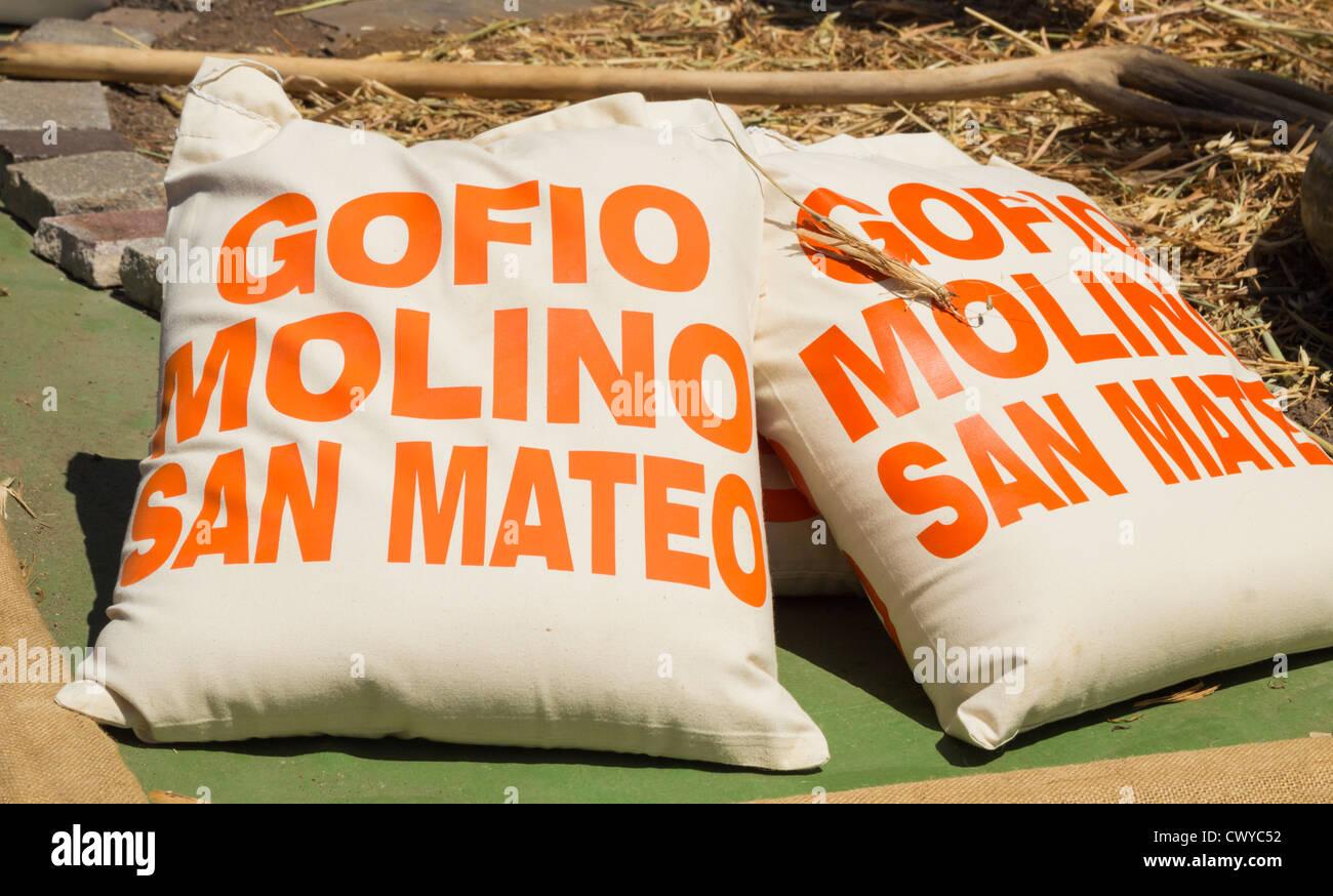 Säcke mit Gofio von Molino (Mühle) in San Mateo auf Gran Canaria, Kanarische Inseln, Spanien Stockbild