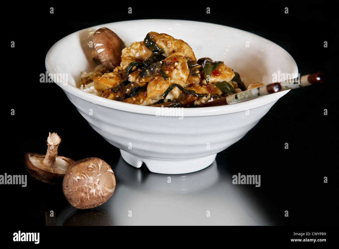 Thai Rühren braten essen mit Hühnerfleisch und Champignons Stockbild