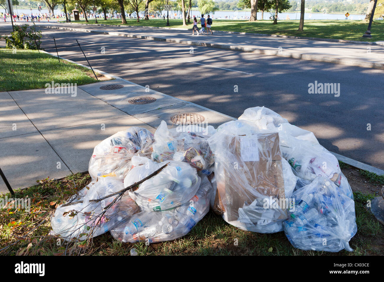 Volle Müllsäcke auf der Straße Stockbild