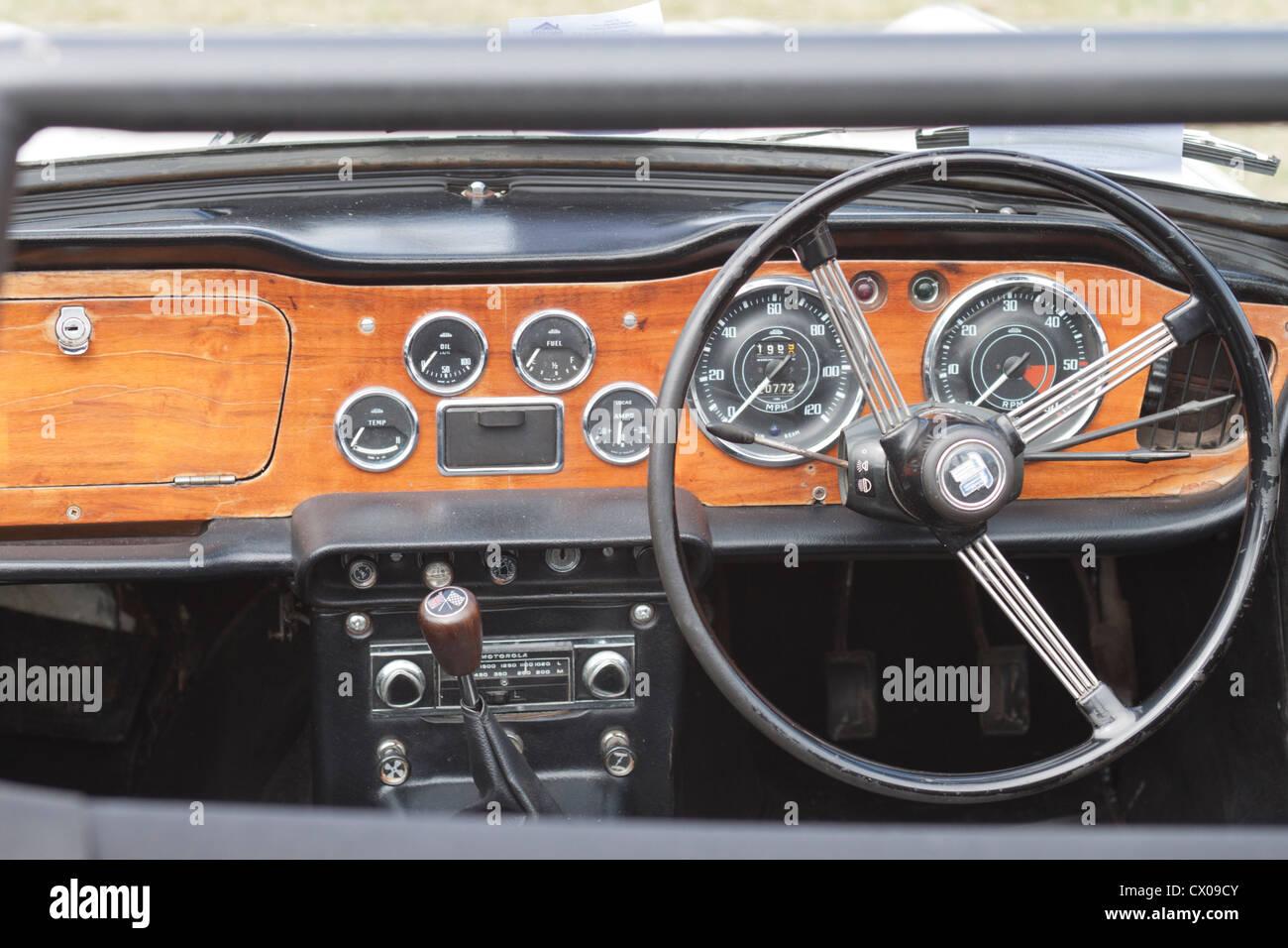 Armaturenbrett oldtimer  Cockpit, Lenkrad und Armaturenbrett des Oldtimer Stockfoto, Bild ...