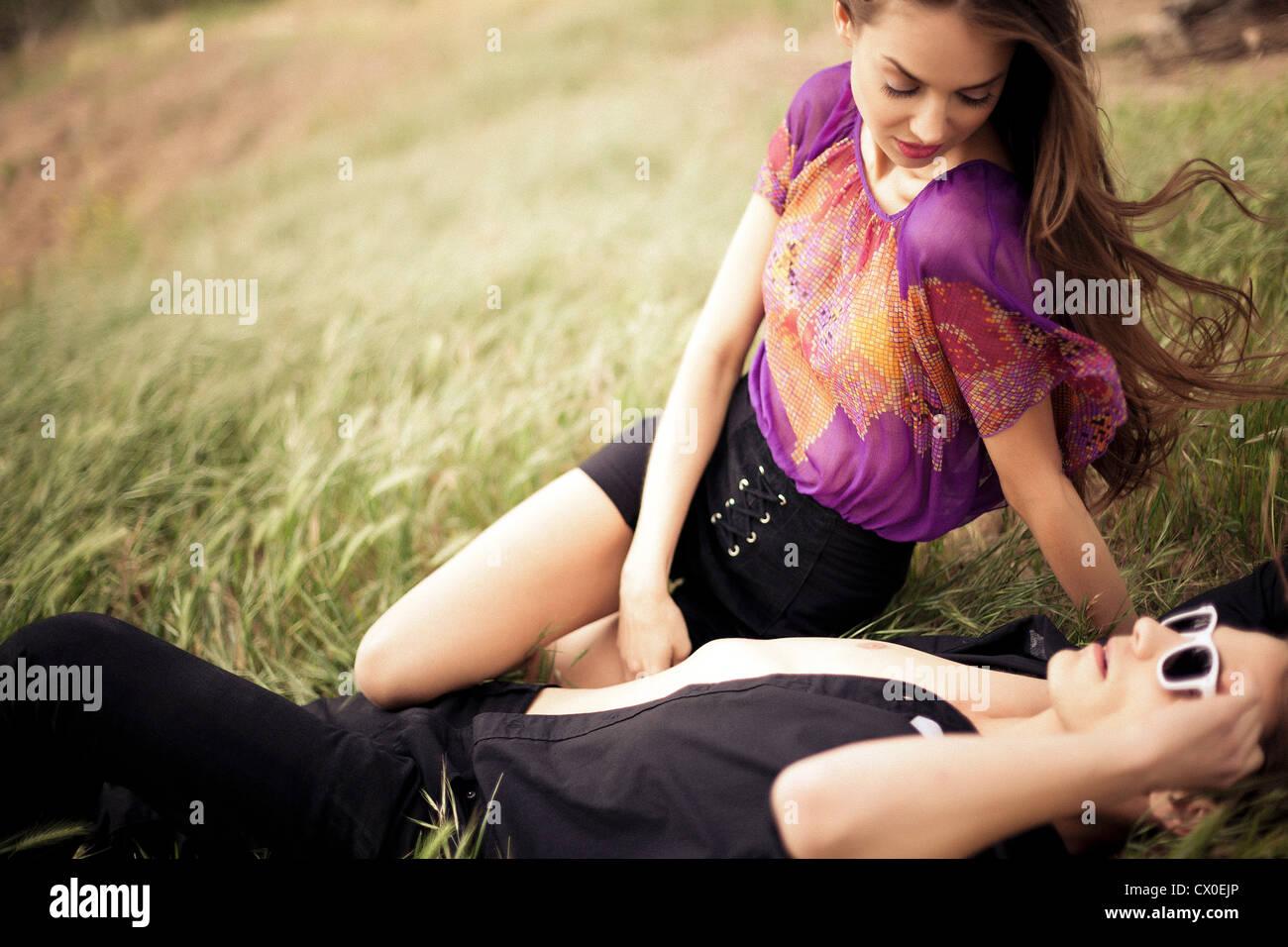 Junges Paar auf einer Wiese Stockfoto