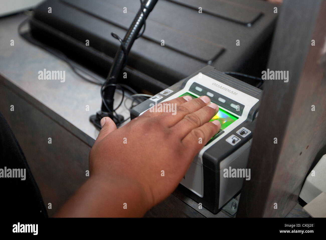 U.S. Customs and Border Protection Officer verwendet Scanner zu dokumentieren und Fingerabdruck-Individuen, die Stockbild