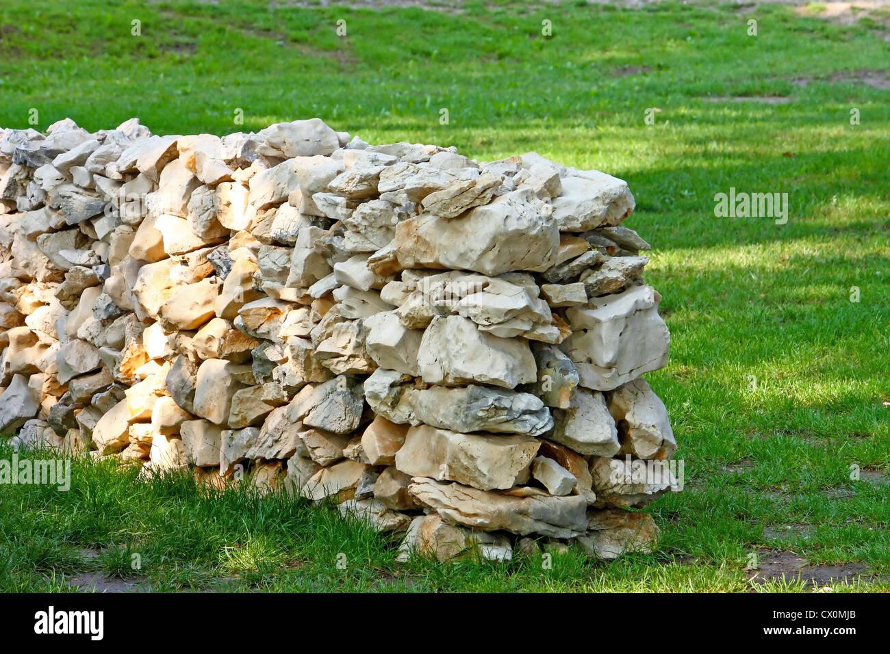 Garten Steinmauer In Der Wiese