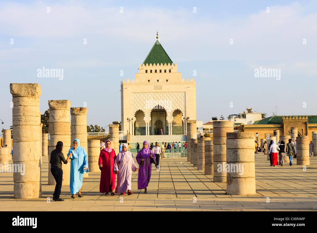 Menschen durch das Mausoleum von Mohammed V Rabat Marokko Stockbild