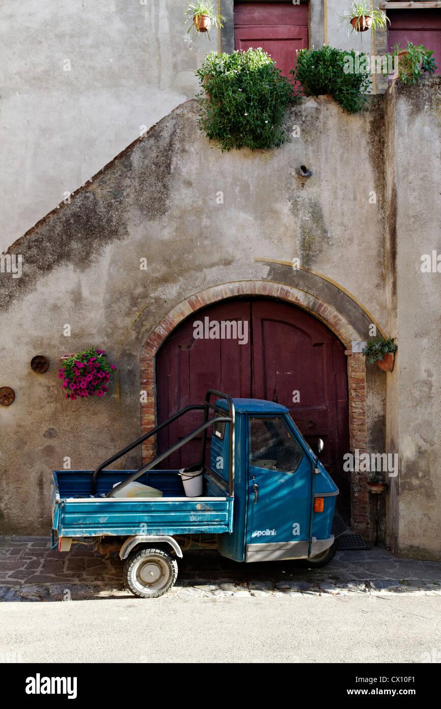 Der tur  Kleiner italienischen Ape LKW geparkt vor der Tür, Laiatico ...