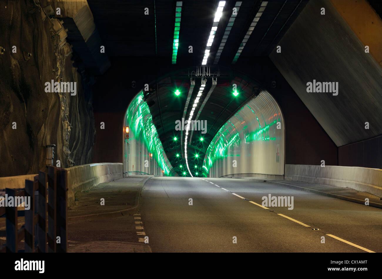 Einer der Pen-y-Clip Straßentunnel auf der A55(T)-Straße zwischen Penmaenmawr und Llanfairfechan, Nordwales. Stockbild
