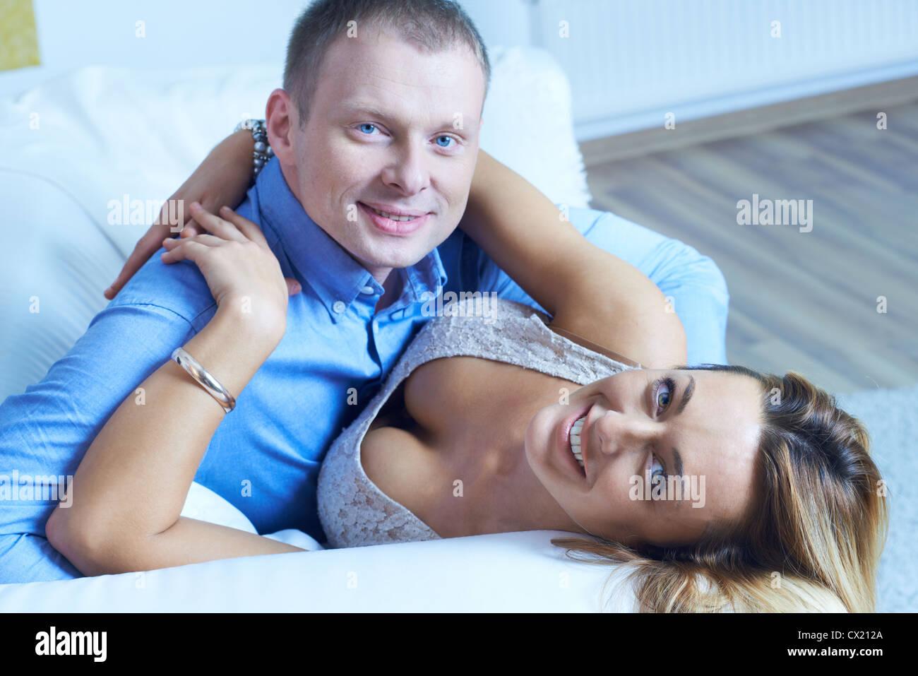 Verliebten Frau Und Mann Umarmt Und Blick In Die Kamera Stockfoto