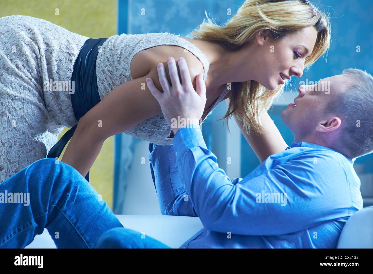Leidenschaftliche Paare einander betrachten Stockbild