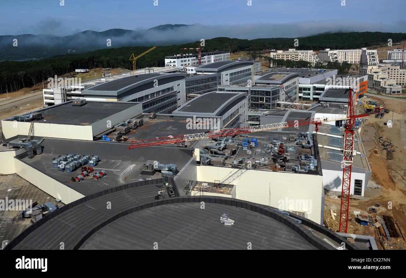 ITAR-TASS: WLADIWOSTOK, RUSSLAND. 21. JULI 2011. Ein Blick auf die Baustelle des Hotels auf der Insel Russki Yuzhny. Stockfoto