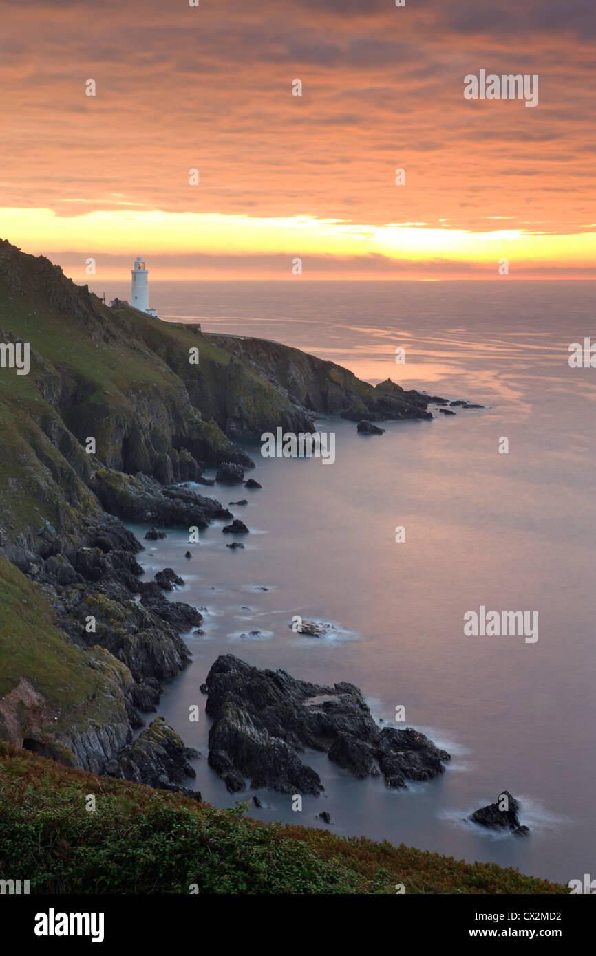 Spektakulären Sonnenaufgang hinter Start Point Lighthouse in South Hams, Devon, England. Herbst (September) Stockbild