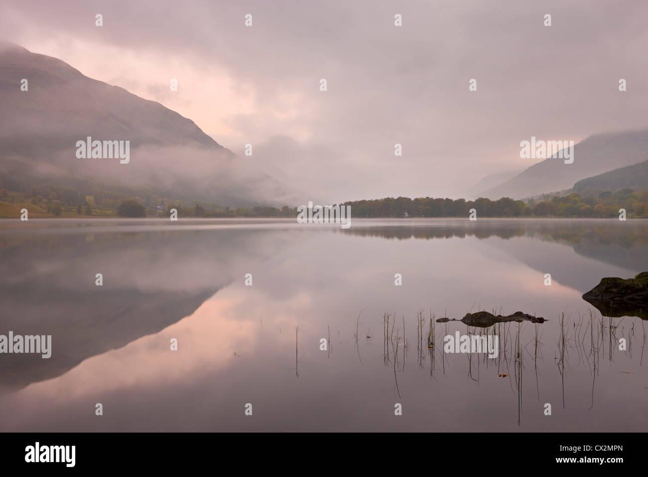 Nebel über Loch Voil im Morgengrauen, The Trossachs, Schottland. Herbst (Oktober) 2010. Stockbild