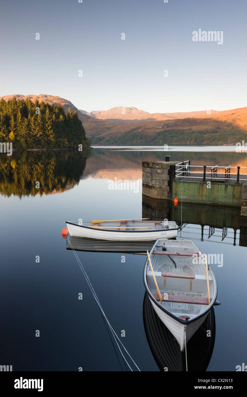 Ruderboote vertäut am Loch Katrine am Stronachlachar, Stirling, Schottland. Herbst (Oktober) 2010. Stockbild