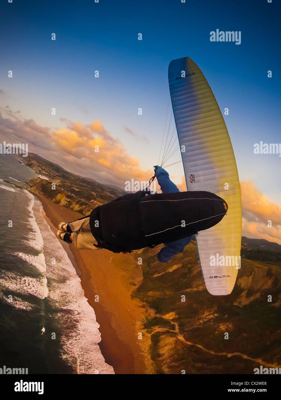 Paragliding, frei fliegen über der Küste von Spanien, Sopelana, Baskenland, Gefahr, gefährlich, Sport, Stockbild
