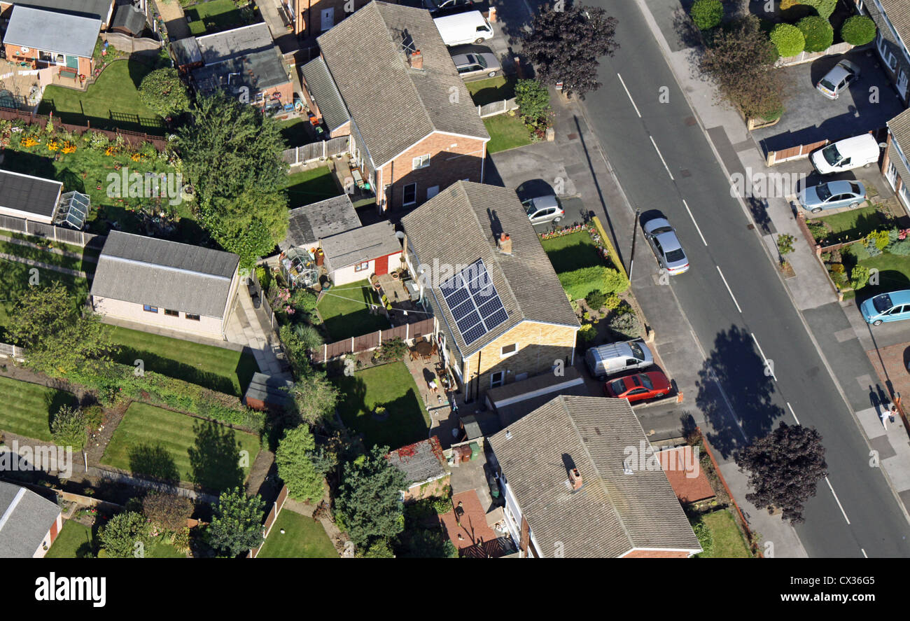 Luftaufnahme des inländischen Sonnenkollektoren auf dem Dach des Privathauses Stockbild