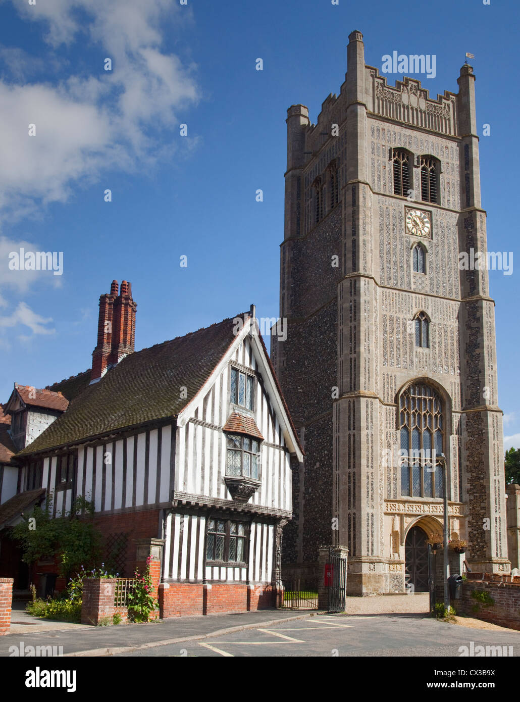 Die Kirche St. Peter und St. Paul und die Guildhall, Auge, Suffolk, England Stockbild