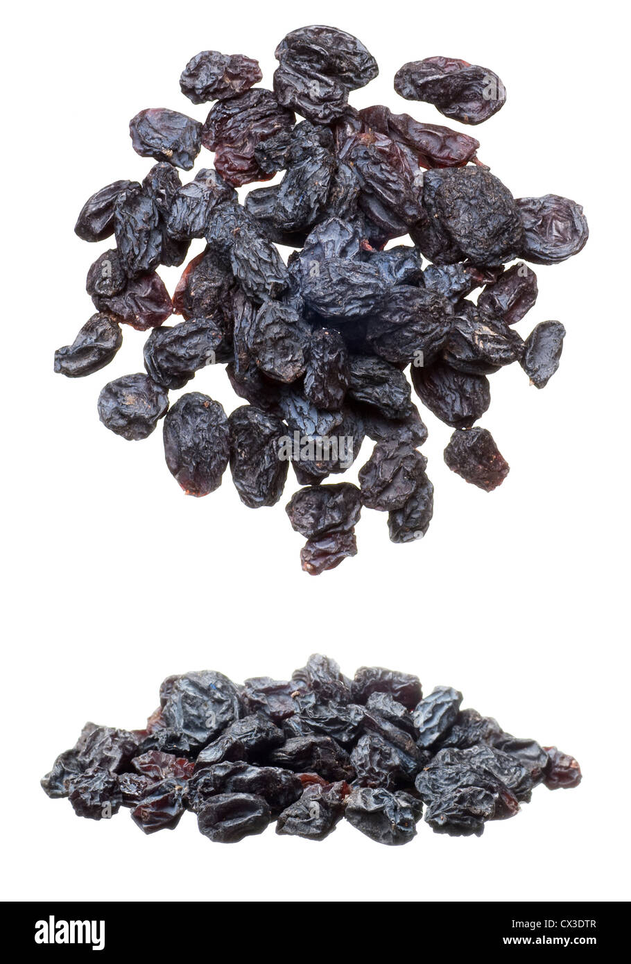 Nahaufnahme des schwarzen Rosinen Heap isoliert auf weiss Stockbild